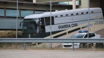 L'autocar que transporta Junqueras, Romeva, Sànchez, Cuixart, Forn, Rull i Turull