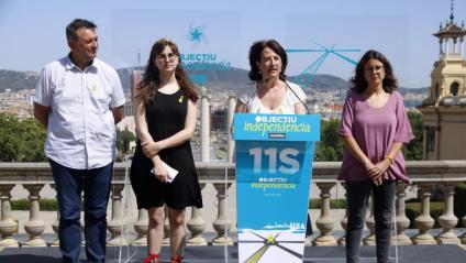 La presidenta de l'ANC, Elisenda Paluzie, en roda de premsa amb Carla Soler (Comissió mobilitzacions ANC), la vocal junta nacional Òmnium Montse Ortiz i el president de l'AMI, Josep Maria Cervera