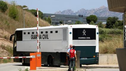 L'autobús de la Guàrdia Civil amb els polítics presos entrant al recinte de Brians 2, amb Montserrat al fons