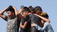 Migrants centreamericans ploren després d'haver creuat el Río Bravo a territori nord-americà sota el pont internacional a la fronterera Ciudad Juárez