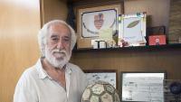 Josep Maldonado amb una pilota de futbol heretada d'un projecte solidari de la ciutat de Sevilla amb el qual va col·laborar