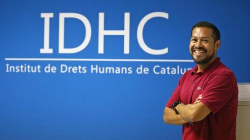 <b>Karlos Castilla, </b>durant l'entrevista a la seu de l'Institut de Drets Humans de Catalunya (IDHC)