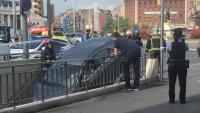 La conductora encara dins del cotxe, a l'entrada del metro de la plaça d'Espanya