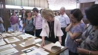 La consellera Vilallonga davant una breu mostra de la documentació donada