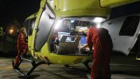 Imatge de l'helicòpter medicalitzat del SEM amb professionals preparant-lo per fer un servei