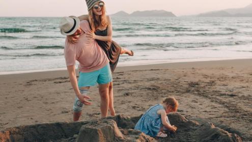 <b>De vacances,</b> una parella amb una nena a la vora del mar