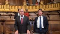 Josep Bou i Manuel Valls, que seuen costat per costat, ahir abans de començar el ple