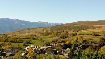 A sota, una vista de Guils, un exemple de la tipologia de pobles que hi ha a la Cerdanya. A la dreta, equipaments turístics del nucli de la Molina, on hi ha xarxa de calor