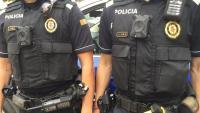 Les noves càmeres incorporables als frontals de l'uniforme de la Policia Local de Palafrugell, i la pistola Taser, a la cintura de l'agent de la dreta
