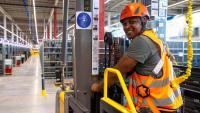 Un treballador d'Amazon al centre logístic de la companyia a Illescas (Toledo)