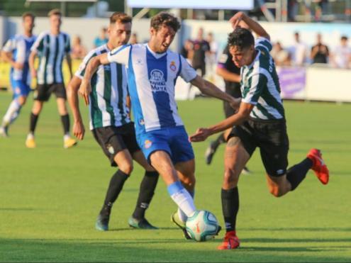 Granero disputa una pilota davant l'oposició de dos futbolistes del Peralada
