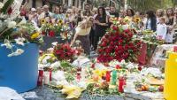 Flors a la Rambla de Barcelona en record de les víctimes del 17-A