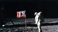 L'astronauta Edwin 'Buzz' Aldrin sobre la superfície de la Lluna, al costat d'una bandera nord-americana, el 20 de juliol de 1969