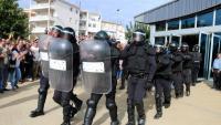 Agents antiavalots de la Guàrdia Civil surten del Pavelló Firal de Móra la Nova després de requisar una urna