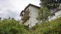 Vista de l'edifici des d'on ha caigut el nadó, a Gueñes
