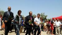 El president Torra i el conseller Buch, en l'ofrena als bombers morts en el foc d'Horta