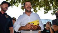 Salvini, el ministre de l'Interior italià, amb una pistola elèctrica, durant un acte amb la policia a Nettuno a principis d'aquest mes