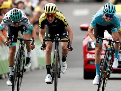 D'esquerra a dreta, Mühlberger, Yates i Bilbao, disputant-se la victòria de la dotzena etapa