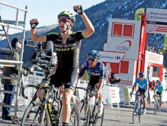 Adam Yates, al davant d'Egan Bernal, en l'última arribada a Vallter 2000
