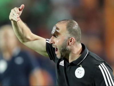 Belmadi es dirigeix amb vehemència als seus futbolistes