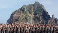 Cadets de Corea del Sud durant una visita a les illes que anomenen Dokdo