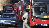 Una persona creua un carrer a Londres