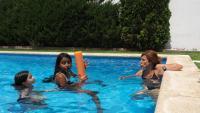 La piscina és el lloc on a la Tula li agrada més estar-se des que va arribar a Mataró