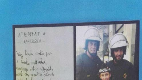 L'Ivan amb els dos agents que el van ajudar el 17-A i el poema que els va dedicar.