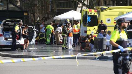 Serveis d'emergències i policials atenent víctimes de l'atropellament a la Rambla,  el 17 d'agost del 2017