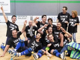 Els jugadors del CP Taradell celebren l'ascens a la pista del Deportivo Liceo