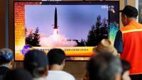 Sud-coreans segueixen les notícies sobre el llançament dels nous dos míssils nord-coreans, en una estació de Seül, ahir