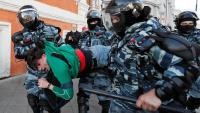 Antidisturbis s'emporten un manifestant opositor concentrat davant un edifici presidencial la setmana passada