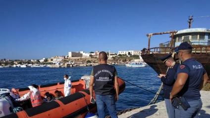 Alguns dels 27 menors no acompanyats desembarcant ahir al port de Lampedusa
