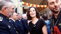 Díaz Ayuso , que avui prendrà possessió com a presidenta de la Comunitat de Madrid, saludant uns bombers dijous