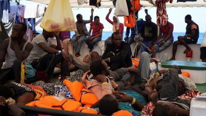 """L'Open Arms envia una sol·licitud urgent a Lampedusa per desembarcar els migrants: """"La seva seguretat està en risc"""""""