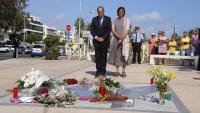 El president de la Generalitat, Quim Torra, amb la seva esposa, Carola Miró, davant el Memorial per la Pau de Cambrils