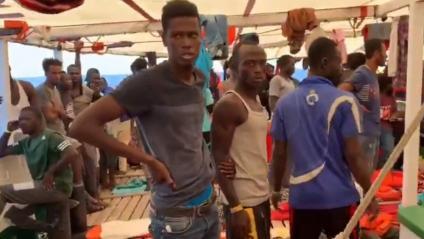 Un grup d'immigrants, ahir a la coberta del vaixell 'Open Arms', a la costa de Lampedusa