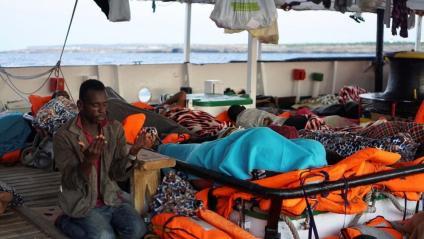 Un immigrant resant ahir a bord de l''Open Arms', ancorat davant la costa de Lampedusa