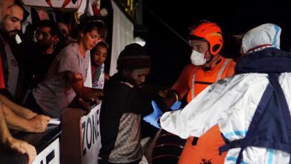 """Efectius de la guarda costera evacuen 8 persones de l' """"Open Arms"""""""
