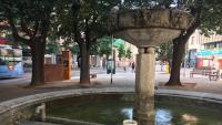 La font de la plaça Marqués de Camps, sense aigua. Els operaris municipals van buidar-la fa uns dies per netejar-la.