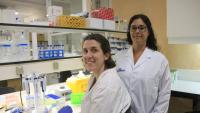 La doctora Maria José Buzon amb Laura Luque, també investigadora de l'equip