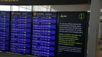 Un dels panells informatius de l'aeroport del Prat, informant de la vaga del personal de terra d'Iberia el 27 de juliol