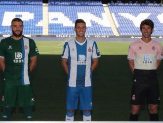 Els capitans de l'Espanyol posant amb la samarreta i el logotip del nou patrocinador al RCDE Stadium