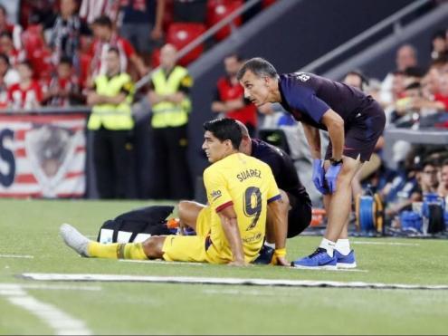 El metge del Barça, atenent el davanter uruguaià sobre la gespa de San Mamés