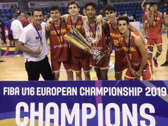 Miret (CB Prat i Joventut), Vázquez (Joventut), Ordóñez, Caicedo (Barça), Naspler (Manresa) i Montero (Joventut) amb la copa de campió