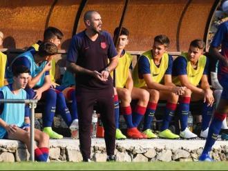 Víctor Valdés dirigint el Juvenil A en un amistós d'aquesta pretemporada