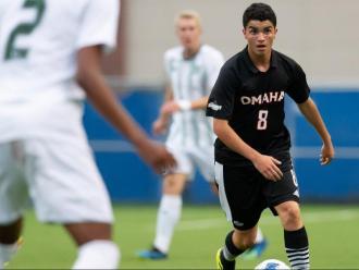 Nil Ayats juga de migcampista en l'equip de la Universitat d'Omaha