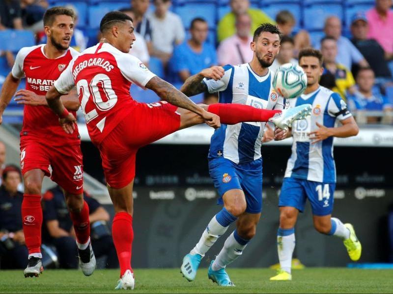 Ferreyra lluita una pilota, en el partit d'avui, davant el Sevilla.