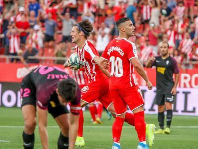 Marc Gual, amb la pilota a les mans, instants després que Borja García (amb la mirada fixada cap a la grada) hagués marcat l'1-1.