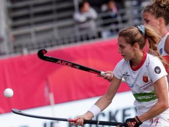 Cristina Guinea intenta controlar la bola davant Maria Verschoor